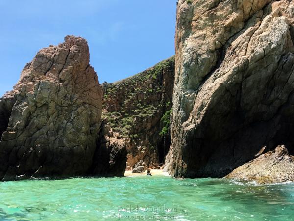 Đường ra bãi đá Ông Địa ở Kỳ Co, bạn phải lội qua chỗ nước sâu gần lút đầu người thế này.