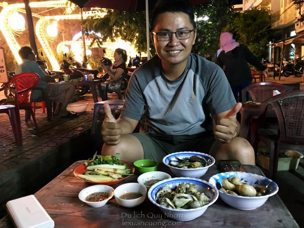 Ăn ốc bình dân tại quán Ánh Ốc, đường Nguyễn Tất Thành, Quy Nhơn