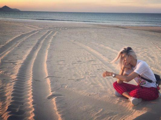 Bờ cát mềm mịn tại biển Nhơn Lý luôn nâng niu bước chân các bạn trẻ đam mê khám phá - Ảnh Người mẫu unisex Mid Nguyen