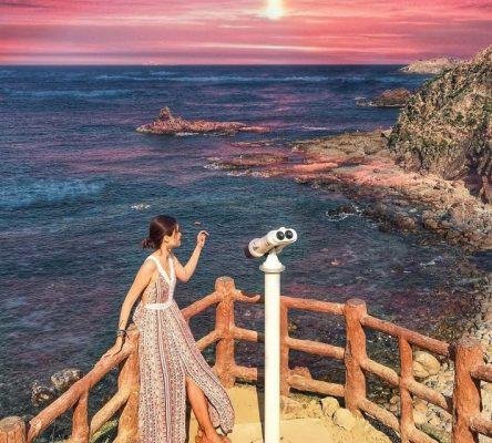 Tại Kỳ Co, ngoài biển trời xanh ngắt, các bạn trẻ còn được tạo dáng với kính viễn vọng độc đáo - Ảnh: thunhien