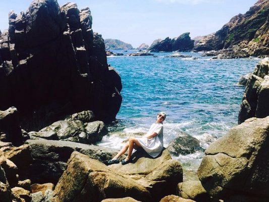 Nước biển xanh nhấp nhô sóng bên ghềnh đá tự nhiên sừng sững tại Eo Gió cũng là niềm cảm hứng bất tận để tạo dáng - @Nhà báo Cẩm Thơ